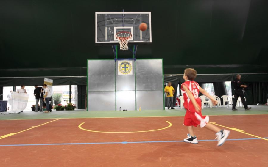 Basket, sport sociale e ambiente sul campo in gomma riciclata del Palamedolla